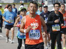 Chi Wing 正為「香港防癌會」籌款